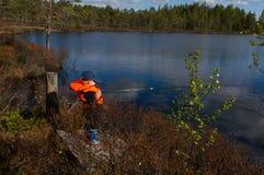 Pesca joven del muchacho en luz del sol Foto de archivo libre de regalías