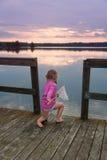 Pesca linda de la niña fotografía de archivo libre de regalías