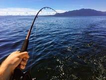 Pesca a lo largo de la costa de la Columbia Británica que pesca con cebo de cuchara para los salmones imagen de archivo