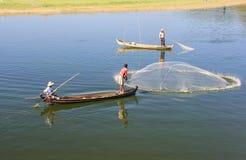 Pesca local com uma rede de um barco, Amarapura do homem, Myanmar Fotos de Stock Royalty Free