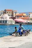 Pesca local del hombre en el puerto veneciano de Chania Imagenes de archivo