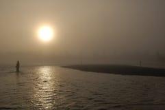 Pesca na névoa no rio de Kenai durante um dia da queda do amanhecer em setembro Fotografia de Stock Royalty Free