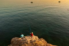Pesca nas rochas foto de stock