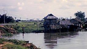 Pesca nigeriana del pescatore del nero del villaggio video d archivio