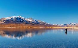 Pesca no lago da montanha Fotos de Stock