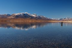Pesca no lago das montanhas Fotos de Stock