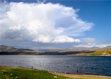 Pesca no lago em raias do por do sol Imagens de Stock