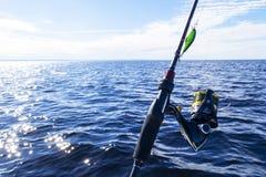 Pesca no lago M?os do pescador com vara de pesca Tiro macro A vara de pesca e as m?os do pescador sobre o lago molham girar imagem de stock