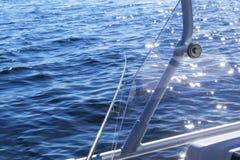 Pesca no lago M?os do pescador com vara de pesca Tiro macro A vara de pesca e as m?os do pescador sobre o lago molham girar foto de stock royalty free