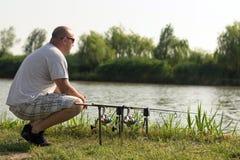 Pesca no lago, pesca do homem da carpa imagem de stock royalty free