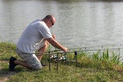 Pesca no lago, pesca do homem da carpa imagens de stock royalty free