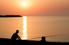 Pesca no por do sol fotografia de stock