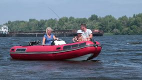 Pesca nova do menino no barco com carretel da haste video estoque