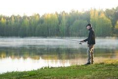 pesca pescatore con il primo mattino della barretta di filatura immagine stock libera da diritti