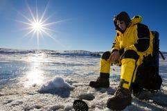 Pesca piena di sole del ghiaccio Immagine Stock