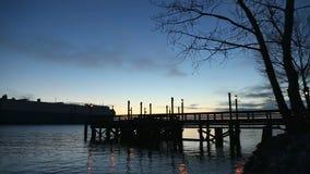 Pesca Pier Dusk e cargo dell'automobile, Fraser River video d archivio