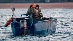 Pesca profesional Pescador que tira de la trampa de la pesca metrajes