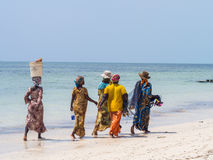 Pesca que va de las mujeres locales en una playa en Zanzíbar Fotos de archivo