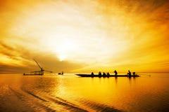 Pesca que viaja del turista en la salida del sol Imagen de archivo