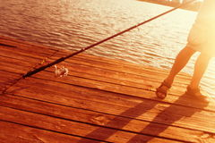 Pesca Relax en la puesta del sol en un día de verano Imagenes de archivo