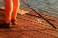 Pesca Relax en la puesta del sol en un día de verano Imagen de archivo libre de regalías