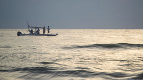 Pesca sportiva degli uomini appena fuori dalla costa di Florida ad alba fotografia stock libera da diritti