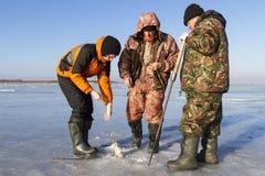 Pesca sul ghiaccio. immagini stock