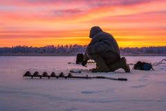 Pesca sul ghiaccio degli sport invernali Fotografia Stock