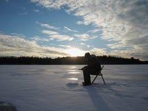 Pesca sul ghiaccio del tramonto Immagine Stock