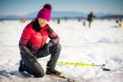 Pesca sul ghiaccio della donna nell'inverno Fotografie Stock Libere da Diritti