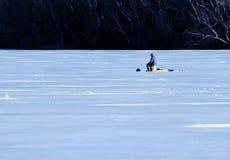 Pesca sul ghiaccio sola dell'uomo Fotografia Stock Libera da Diritti