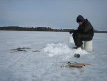 Pesca sul ghiaccio su un lago congelato Fotografia Stock Libera da Diritti