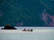 Pesca tailandese dell'uomo nella baia Tailandia di Phang Nga immagine stock