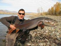 Pesca - taimen che pescano in Mongolia Immagine Stock Libera da Diritti