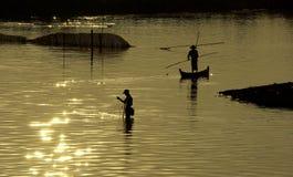 Pesca tradicional durante la puesta del sol, puente de U-Ben, Mandalay Fotos de archivo libres de regalías