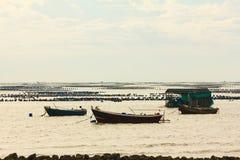 Pesca tradizionale della barca tailandese sul fram dell'ostrica alla Tailandia Fotografia Stock