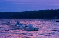 Pesca y barcos de vela implicados para la noche imagen de archivo libre de regalías