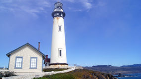 PESCADERO, CALIFÓRNIA, ESTADOS UNIDOS - 6 DE OUTUBRO DE 2014: O farol do ponto do pombo ao longo da estrada nenhuma 1 imagem de stock royalty free