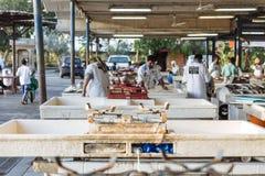 Pescaderos y vendedores de los mariscos en mercado de los mariscos del aire semi-al aire libre, abierto cerca de la estación de m fotografía de archivo