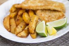 Pescado frito con patatas fritas Imagenes de archivo