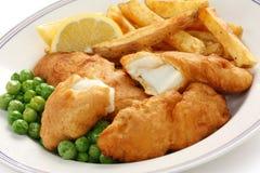Pescado frito con patatas fritas, alimento británico Foto de archivo libre de regalías