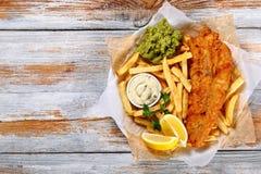 Pescado frito con patatas fritas - bacalao frito, patatas fritas Imagen de archivo