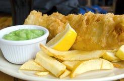 Pescado frito con patatas fritas británicos Fotografía de archivo libre de regalías