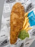 Pescado frito con patatas fritas, comida británica típica foto de archivo