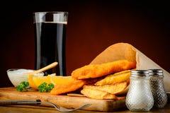 Pescado frito con patatas fritas con la bebida de la cola Fotografía de archivo libre de regalías