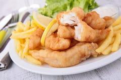 Pescado frito con patatas fritas con la ensalada imagen de archivo libre de regalías