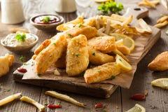 Pescado frito con patatas fritas curruscantes Imagen de archivo libre de regalías