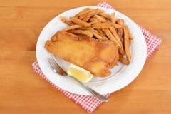 Pescado frito con patatas fritas de la visión superior Imagenes de archivo