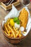 Pescado frito con patatas fritas en cubo Fotografía de archivo libre de regalías