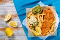 Pescado frito con patatas fritas en la placa, visión superior Imagen de archivo